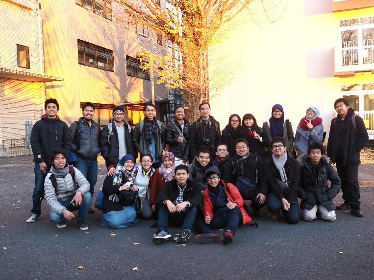 Beberapa peserta workshop fotografi melakukan grup foto setelah acara berakhir