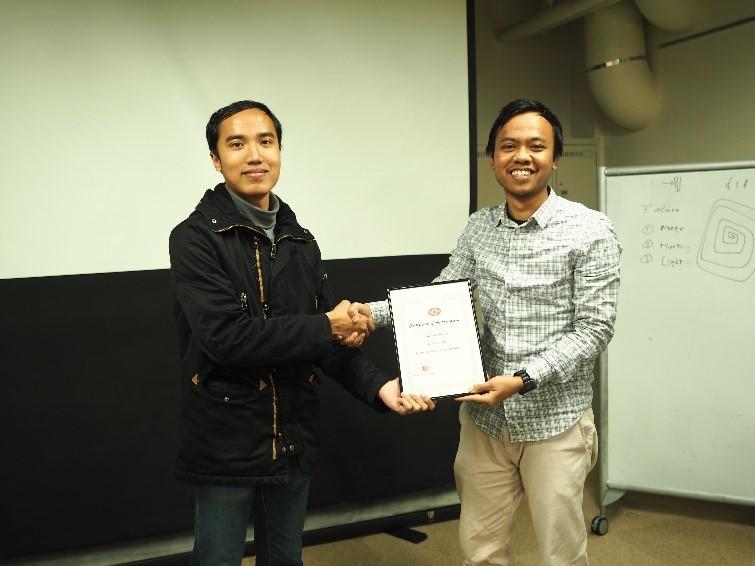 Ketua PPI Tokodai memberikan sertifikat penghargaan kepada pemateri workshop