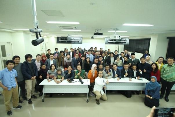 Foto bersama narasumber, Prof. Mahmud M.D.