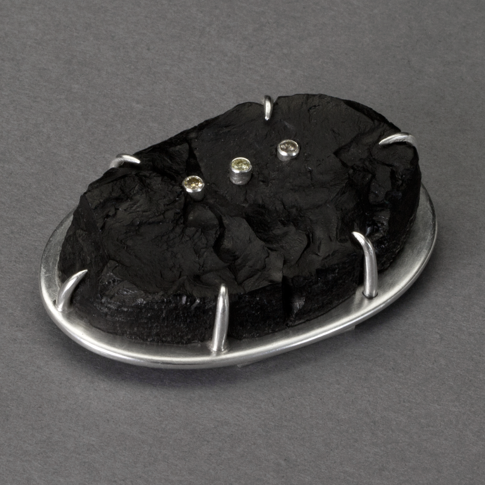 [SQUARE]-Coal-brooch-1-detail.png