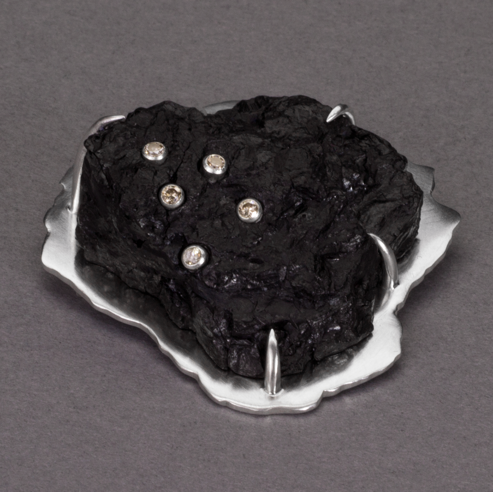 [SQUARE]-CoalBrooch2Side.png