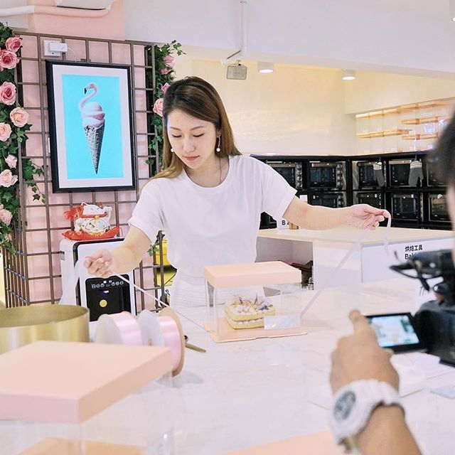 「從#Bakebe 出世的那一秒開始,就是注定要帶給世界多點快樂和正能量。她不僅是一間烘焙店,她是一種體驗。這個初衷我們團隊永遠不會忘記」quote by @venuschichi