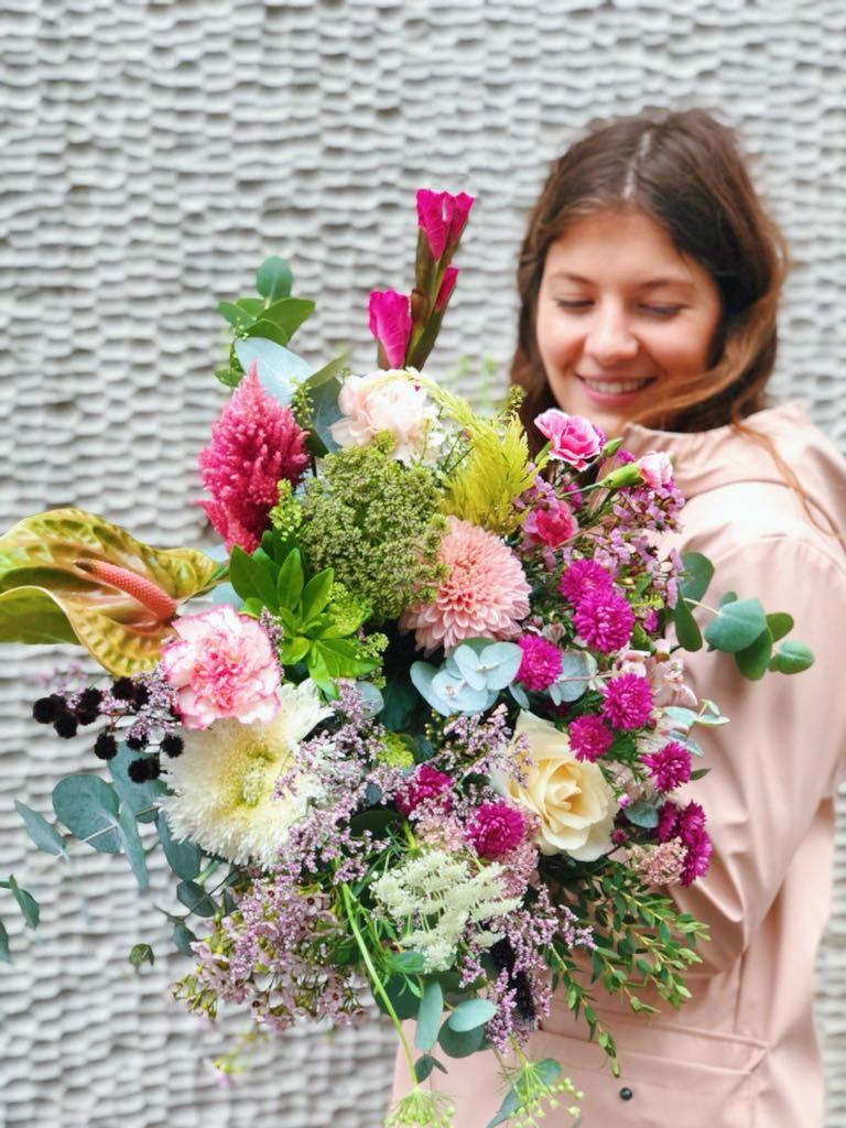 Issue d'une formation en design textile et après plusieurs années à travailler dans les bureaux de tendances,  Célestine  a toujours été très attirée par les couleurs et les détails organique de l'univers floral. Plasticienne, elle aime explorer l'univers végétal et le sublimer.    Fleur préférée  : Pavot