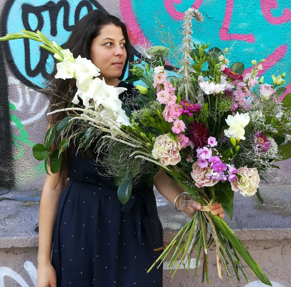 Animée par la passion et le respect du monde végétal depuis toujours,  Oksana  décide d'allier son expertise en événementiel, acquis au cours de sa précédente vie professionnelle, à celui de l'art floral. Changement de carrière en 2016, elle se forme à l'école des métiers de l'horticulture et des paysages de Montreuil et devient fleuriste.   Fleur préférée  : les dahlias