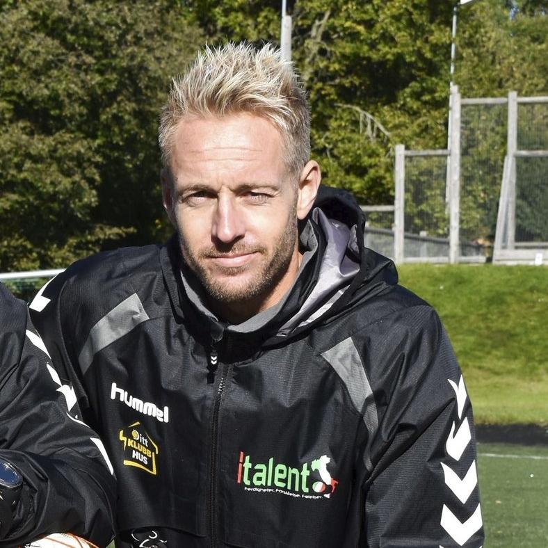 REIDAR LINDQVIST  (39)   Reidar har jobbet med den norske utgaven av Milan junior Camp siden 2008, og som arrangør fra 2011. Han spiller idag for Husøy & Foynland, og er trener for både A-laget og barnefotballen i samme klubb. Foruten å være en notorisk målscorer, er Reidar Italents ubestridte mesterhjerne når det gjelder italiensk fotball. Det vanker heder og ære til de som klarer å sette han ut i en fotballquiz.  Reidar har tidligere spilt for Flint, Eik, FK Tønsberg og Clayton Soccer Club i Melbourne, Australia.      Epost: reidar@italent.no Mobil: 402 80 170