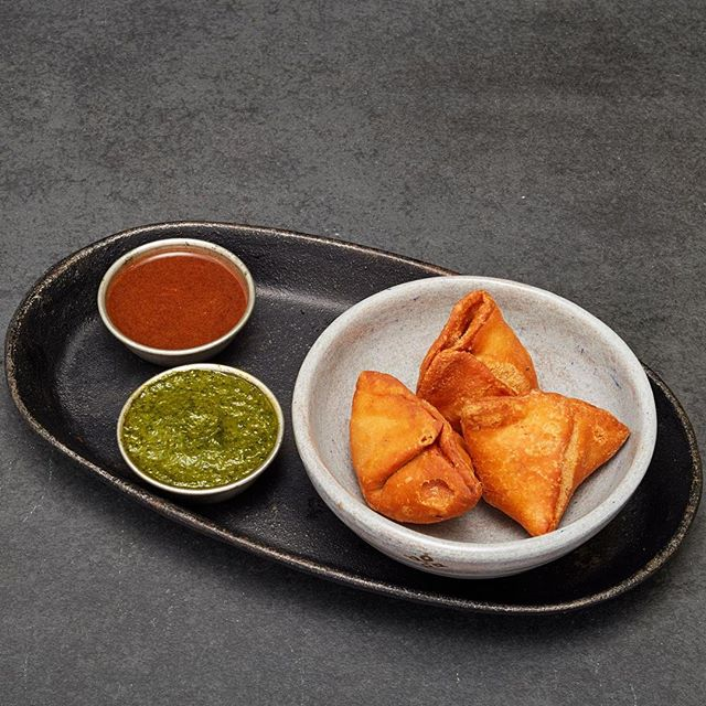The dream combo of dips, our coriander chutney and tamarind sauce perfectly complement our hearty lamb mince filled samosa parcels, making them a great start to any Indian meal. 😍 | 📸 @deliveroo⠀ .⠀ .⠀⠀ .⠀⠀ . ⠀⠀ . ⠀⠀ #namma #nammadelivery #offthetrackindianfood #deliveroo #deliverooeditions #thisislondon #visitlondon #EEEEEats #feedfeed #foodintheair #wheretoeat #travelforfood #heresmyfood #onthetable #beautifulcuisines #toplondonrestaurants #lifeandthyme #eattheworld #dametravelerfoodie #f52grams #tablesituation #onmyplate #storyofmytable #indianfood #indiantakeaway