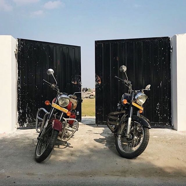 There's nothing better than discovering a country (and its local cuisine!) than from the seat of a Royal Enfield bike! 🏍💨⠀ .⠀ .⠀ .⠀ .⠀ .⠀ #namma #nammadelivery #offthetrackindianfood #wheretoeat #eattheworld #travelforfood #storyofmytable #indianfood #indiantakeaway