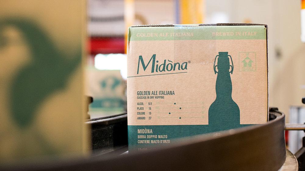 IMBALLI RICICLABILI ED INCHIOSTRI AD ACQUA - Per lo stesso motivo Birra Amarcord utilizza cartoni per l'imballaggio 100% riciclabili, stampati con inchiostri ad acqua e incollati con colle a base di amido di mais. Infine, per le nostre bottiglie usiamo solo vetro marrone scuro riciclabile al 100%.