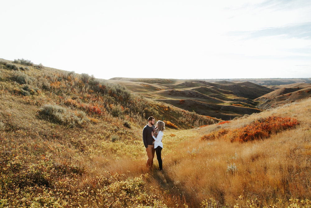 love-and-be-loved-photography-lethbridge-photographer-cody-leah-engagement-coulees-sunset-photo-image-picture-2.jpg