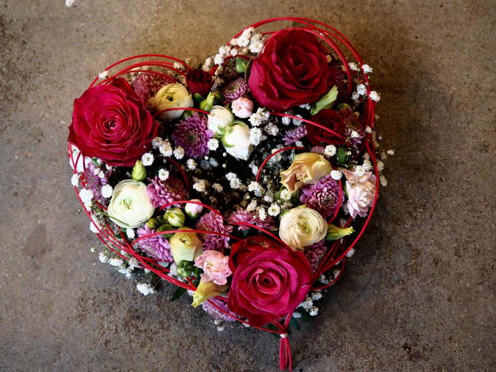 Blomsterdekoration i form av ett hjärta