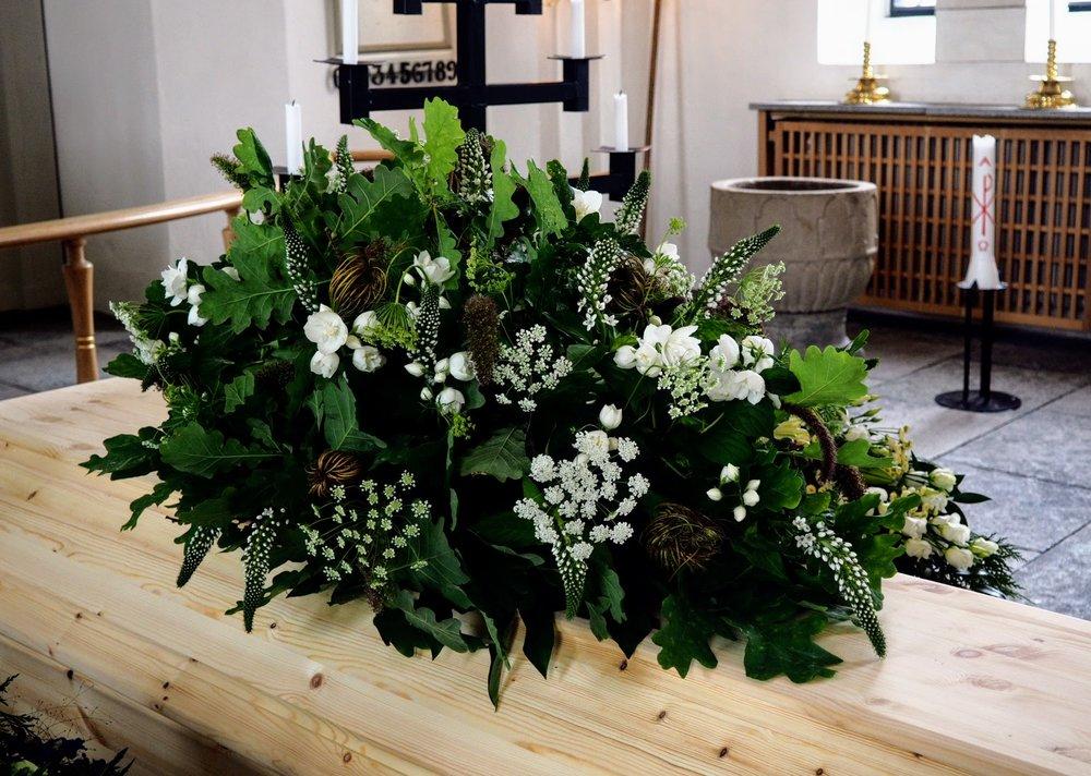 1 - Kistdekoration - Ekblad med vita blommor