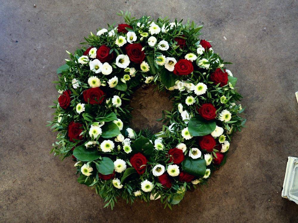 7 - Krans - Röda och vita blommor