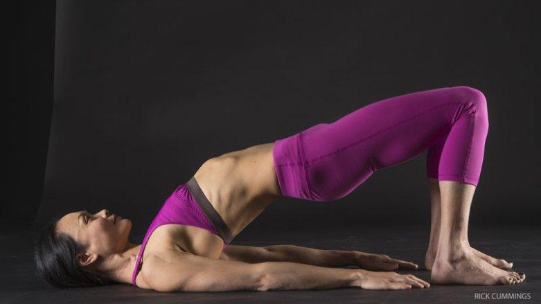 2.強化核心:橋式(SETU BANDHA SARVANGASANA)的變化式   透過這個溫和的後彎,活化你的核心,並強化臀部的肌肉 躺下,雙腳距離比骨盆略寬,腳跟離臀部約10到15公分。保持手臂在地板上,掌心朝下。讓手掌與腳掌壓向地板。試著溫和地將雙腳往外拖,但並未因此而移動雙腳。保持膝蓋留在腳跟的上方,啟動臀大肌,讓腳跟壓向地板,並在吐氣時抬高臀部。吸氣時讓臀部下降,回到地板上。剛開始練習時一組10個回合,反覆2到3組,最終可以增加到每組20個回合。在每一組之間略作休息。