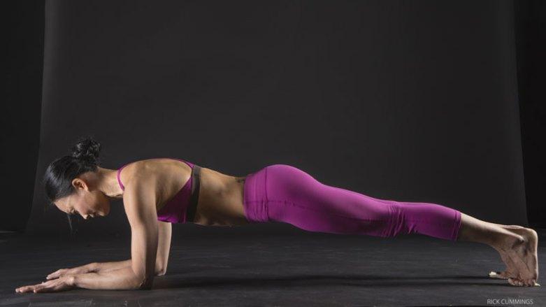 3. 強化核心:肘撐棒式   肘撐棒式能夠同時強化腹部核心及臀大肌 趴下,前臂撐地,讓手肘落在肩膀的正下方。將身體抬起離地,讓頭頂至腳跟成一直線。試著將前臂拖向腳跟,但沒有因此而移動身體;並稍微收縮臀大肌,讓你的尾骨指向腳跟。在動作停留的過程中保持順暢的呼吸,每回合停留10秒鐘。吐氣時,讓身體降下回到地板上。反覆2到3回合。