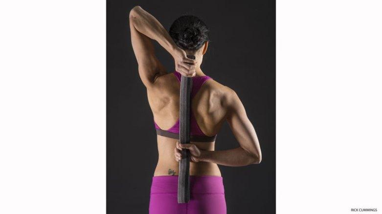 4. 啟動肩旋轉肌群:牛面式(GOMUKHASANA)的手臂  運用這個伸展來喚醒肩旋轉肌群。  PART I:將右手向上延伸,並彎曲手肘,讓指尖指向背部。將左手往後延伸,指尖朝上。用一條帶子固定雙手之間的距離。一次專注在一隻手上。將右手的指節壓向背部,用不到百分之二十的力量即可。停留8到10秒鐘。接著用左手將帶子溫和地往下拉,加深右肩膀的伸展。停留30秒鐘。然後換邊,左手肘朝上再做一次。  PART II:再次換邊,右手在上,但這一次將注意力放在左手。用右手溫和地拉帶子,將左手往上拉。一旦你來到舒適伸展的位置後,將左肩往後、往下拉。溫和地將左手指節壓向背部。停留8到10秒。接著用帶子進一步拉左手向上。停留在被伸展的位置30秒,然後換邊。PART I和PART II都重複三回合。
