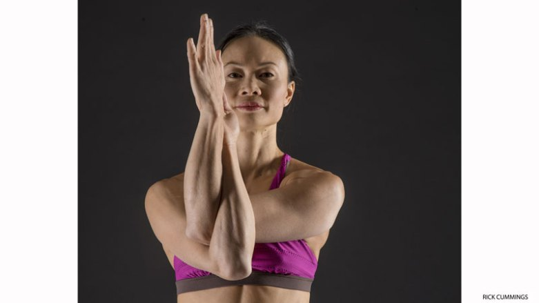 5. 活化肩旋轉肌群:老鷹式(GARUDASANA)的手臂。   這個伸展透過離心收縮,在肌肉拉長的過程中溫和地增加張力,能改善肩旋轉肌群的力量和柔軟度。  坐著或站著。讓手臂右下左上交叉,前臂互相纏繞來到老鷹式的手臂。逐漸地抬起手肘來到肩膀高度,並將左手臂往右拉,加深伸展。溫和地將左手肘壓向右手,用不到百分之二十的力量即可,停留8到10秒鐘。接著讓手肘回到肩膀高度,並回到中間,停留20秒,然後換邊。反覆3回合。  注意:如果你有受傷,或長期肩膀不適,在嘗試Garudasana之前先尋求醫生的建議。