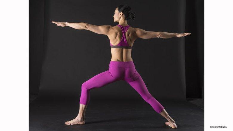 6. 啟動肩旋轉肌群:英雄二式(VIRABHADRASANA II)   運用英雄二式創造肩膀的穩定性。從Tadasana(山式),將雙腳分開約三到四個腳掌寬。將右腳往外轉90度,而另一隻腳則先平行墊子的後緣,再將腳稍微往內轉。保持右腳的腳跟對準左腳的足弓。將右大腿往外轉,彎曲右膝蓋,直到右膝蓋為於右腳踝的正上方。保持左大腿與左腳跟外側壓向地板。雙手抬起來到肩膀高度,掌心朝上,並透過指尖往外延伸。將肩胛骨拉往身體的中線,並沿著背部往下。將肩膀往後轉。再將掌心朝下。維持姿勢大約一分鐘,然後換邊。
