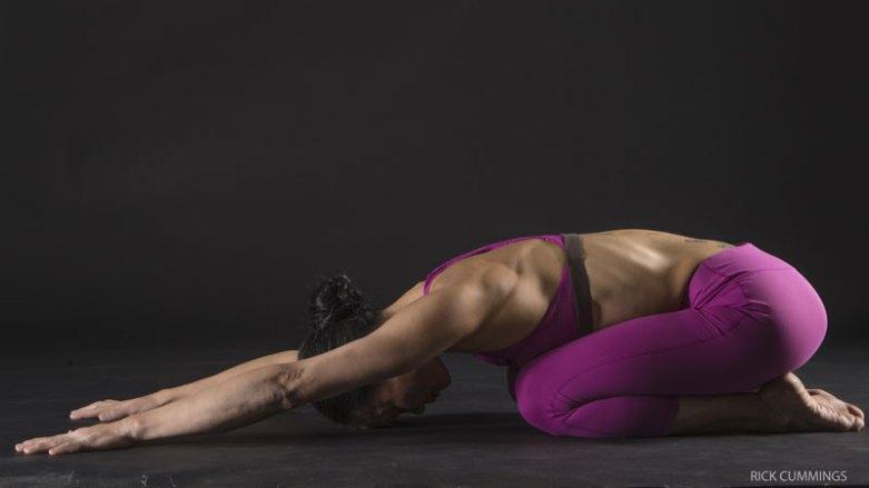 7. 穩定手腕:嬰兒式   在這個動作中連結你的肩旋轉肌群與手腕,以強化手腕的力量。來到嬰兒式,膝蓋可分開與骨盆同寬,或著併在一起;讓坐骨沉向腳跟,並讓手臂沿著地板向前方延伸,掌心朝下。肩膀往外轉,將肩胛骨沿著背部往下,啟動肩旋轉肌群。保持手腕朝向前方──不要偏向小指側。手指根部的指球溫和地壓向墊子。注意你的手腕稍微地上提。這能幫助你找到腕骨、尺骨和橈骨間的排列。保持手腕在吸氣時提起,而吐氣時放鬆。你可以透過指尖非常溫和地加壓,並讓大拇指往小指的方向做點抓的動作,以進一步穩定你的手腕。停留5個呼吸。吐氣時坐起,準備讓右手腕做伸展(extension)的動作,掌心朝上,用另一隻手將手指往回、往手腕的方向拉。停留30秒鐘,然後伸展另一隻手腕。