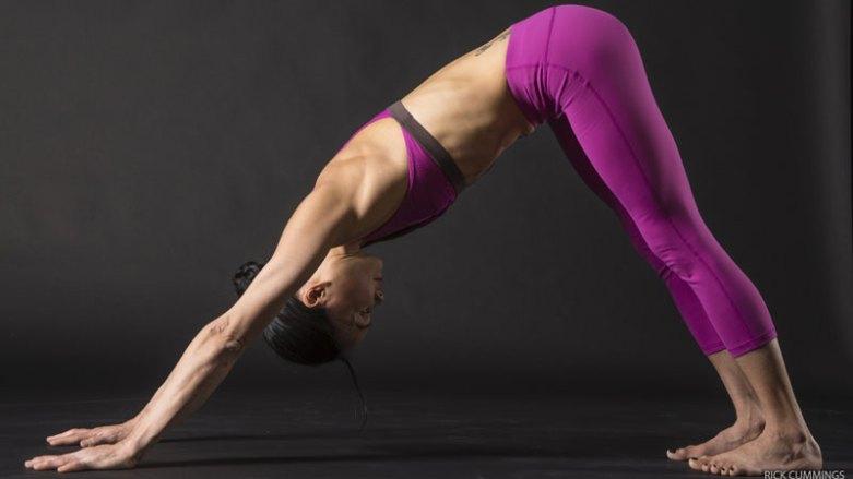 8. 在下犬式(ADHO MUKHA SVANASANA)中整合所有的行動(ACTION)  從嬰兒式,將手指根部的指球壓向墊子,穩定並稍微提起你的手腕。肩膀往外轉,並將肩胛骨沿著背部往下拉。吸氣時抬起臀部。吐氣時,讓腳跟沉向地板,並透過肚子收向脊椎,感覺腹部肌肉的啟動。收縮股四頭肌,讓膝蓋伸直。最後,試著將腳背往小腿的方向提起,將身體拉向腳跟,並進一步穩定你的核心。