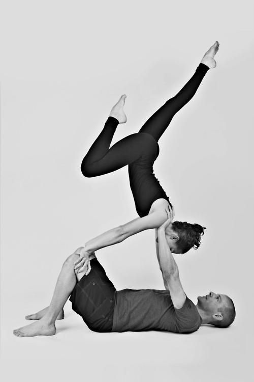 在信任裡,挑戰高難度動作。在互相扶持間,戰勝手倒立(Handstand)的恐懼。