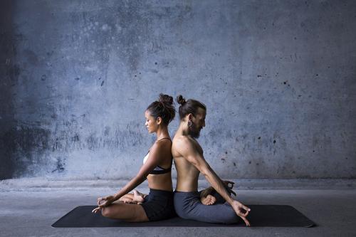 蓮花坐雙人冥想 (Meditation in Lotus Pose),在背與背之間,感受陰陽能量的平衡。
