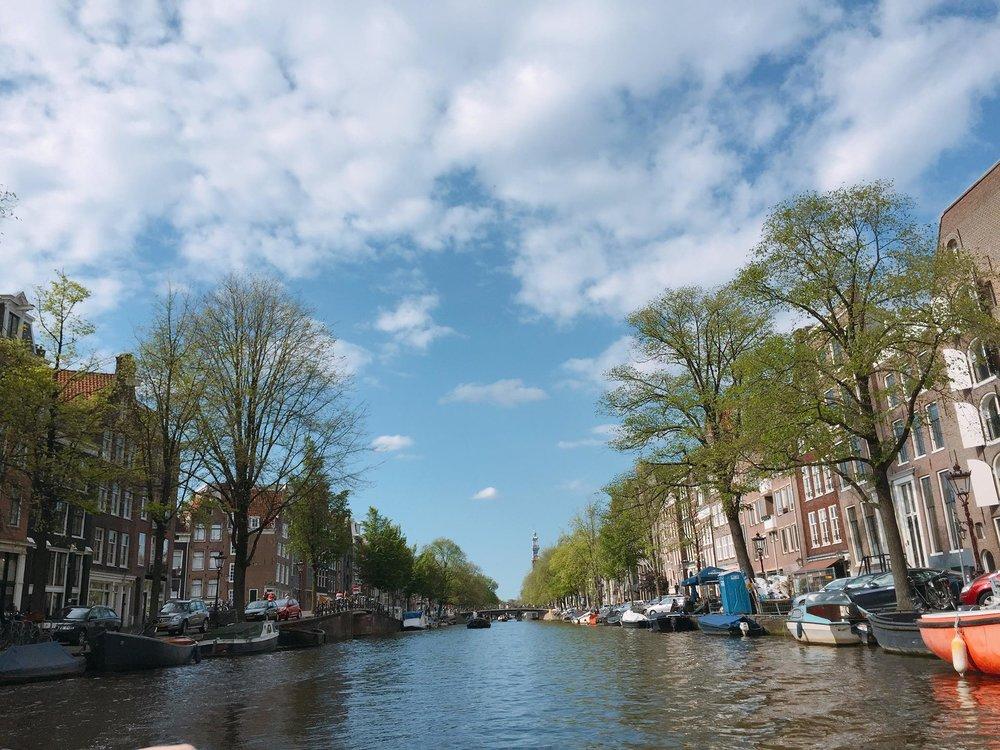 - 在上回我們提及到荷蘭 (Netherlands)給予人們快樂 (happiness)的印象,而且這個國家更在 2015年聯合國世界快樂報告(2015 World Happiness Report)「最快樂的國家」中排行第七。Geluk,在荷文裡代表「快樂」,也有「運氣」的意思。在人一生中遇上各種意料之外的事,但在演化下卻有不同的收獲,快樂和幸運與否,總是難以清楚界定。這次就讓我們透過荷蘭重新認識「快樂」吧!
