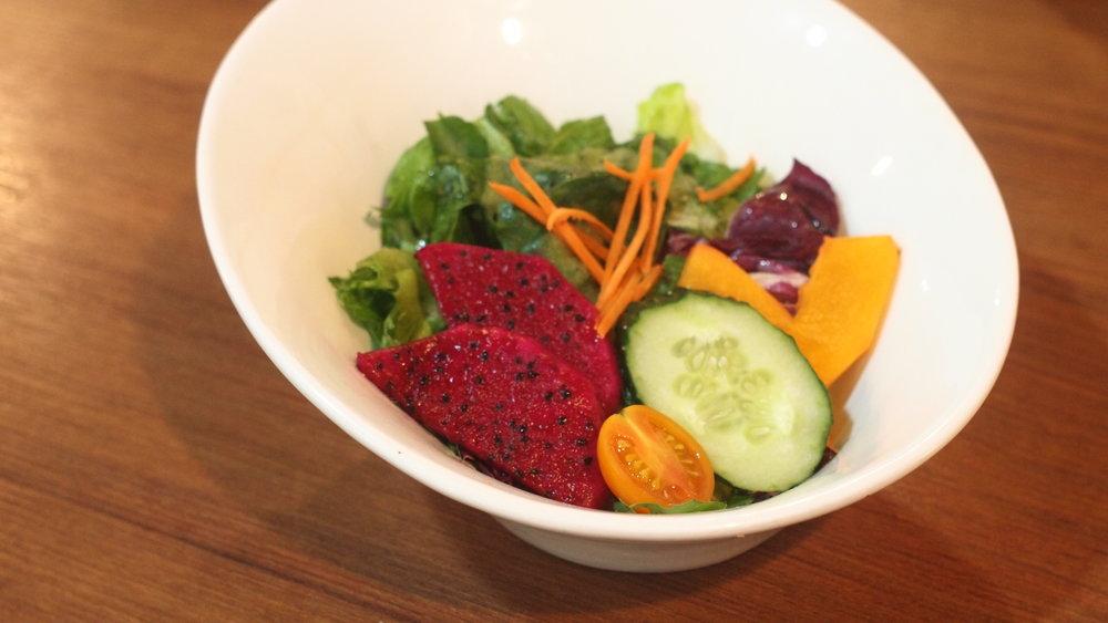 前菜 田園沙律 只選用時令的蔬果,是次的沙律包括紅肉火龍果、青瓜、胡蘿卜、車厘茄、紫椰菜和生菜等。