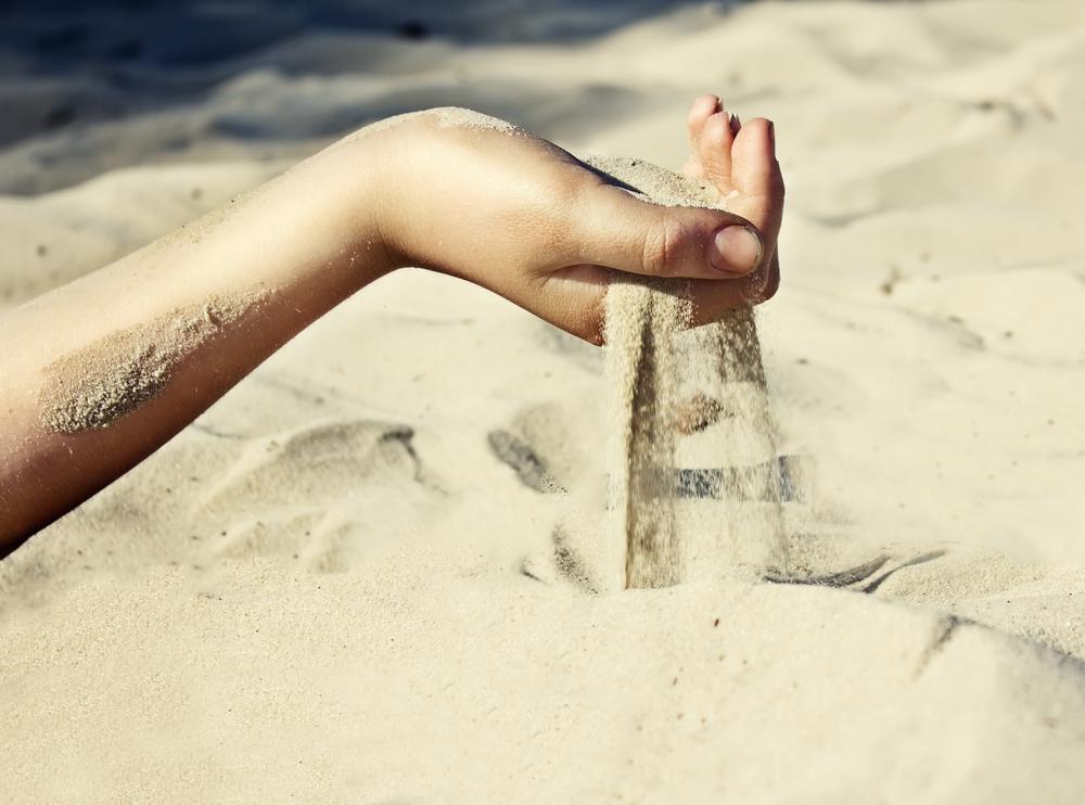 有這樣的一個故事... - 假如你手握著沙子時,手上的沙子就是你的全部。但是,當你想緊握沙子的時候,就會發現握得越緊,沙子就會漏得越快,反而得不償失。