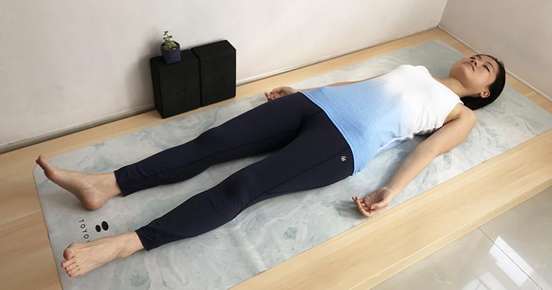 步驟(15):躺在地上休息:攤屍式 (Shavasana,或稱Corpse Pose)