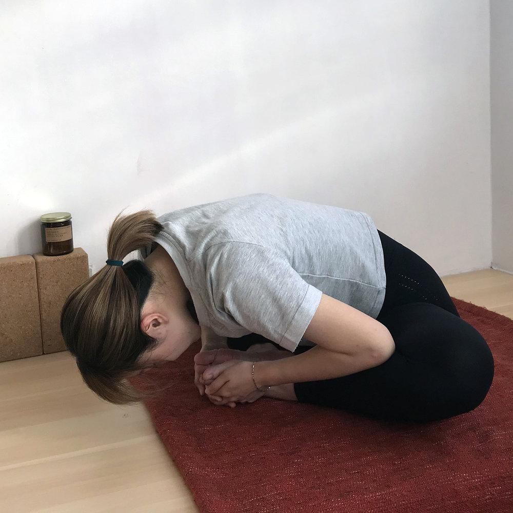 呼氣,慢慢向前彎,其時在大腿上的手肘可以將大腿下壓。柔軟度較高者,可以前彎直至頭部貼地。 -