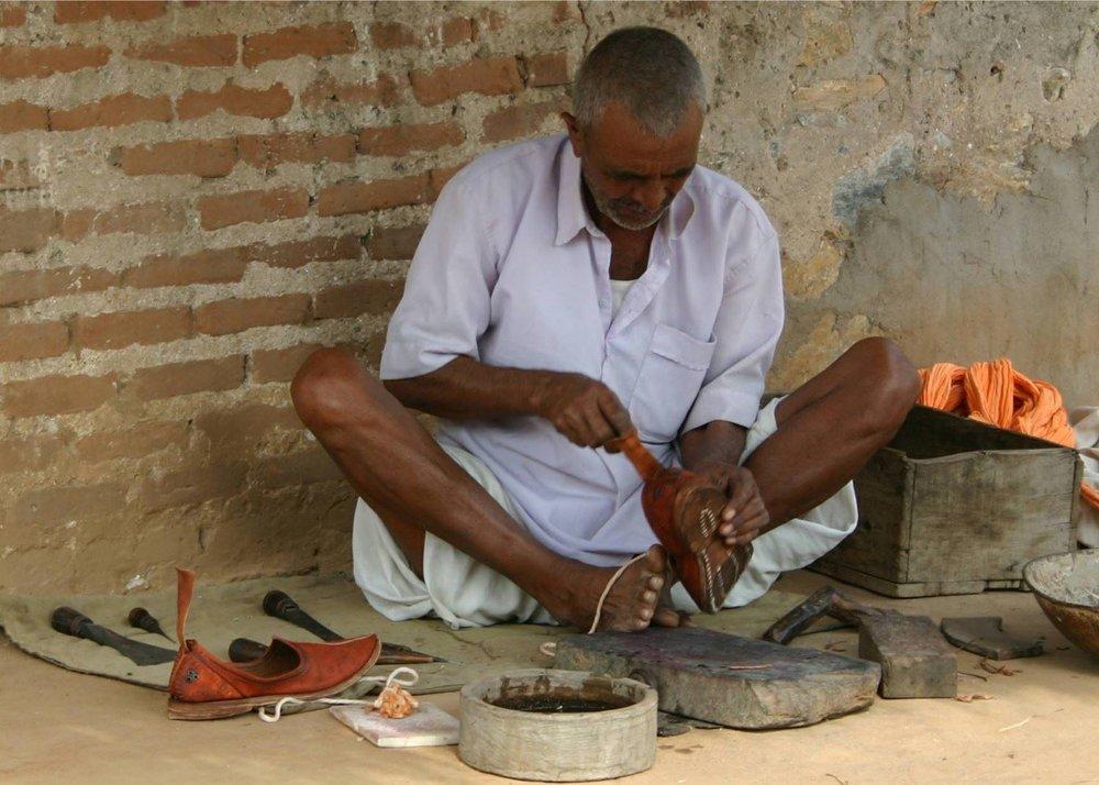 一個有趣的說法指出,印度鞋匠之所以很少患有泌尿道疾病,大概是因為他們整天以蝴蝶式的坐姿工作。 - 圖片來源:www.audleytravel.com