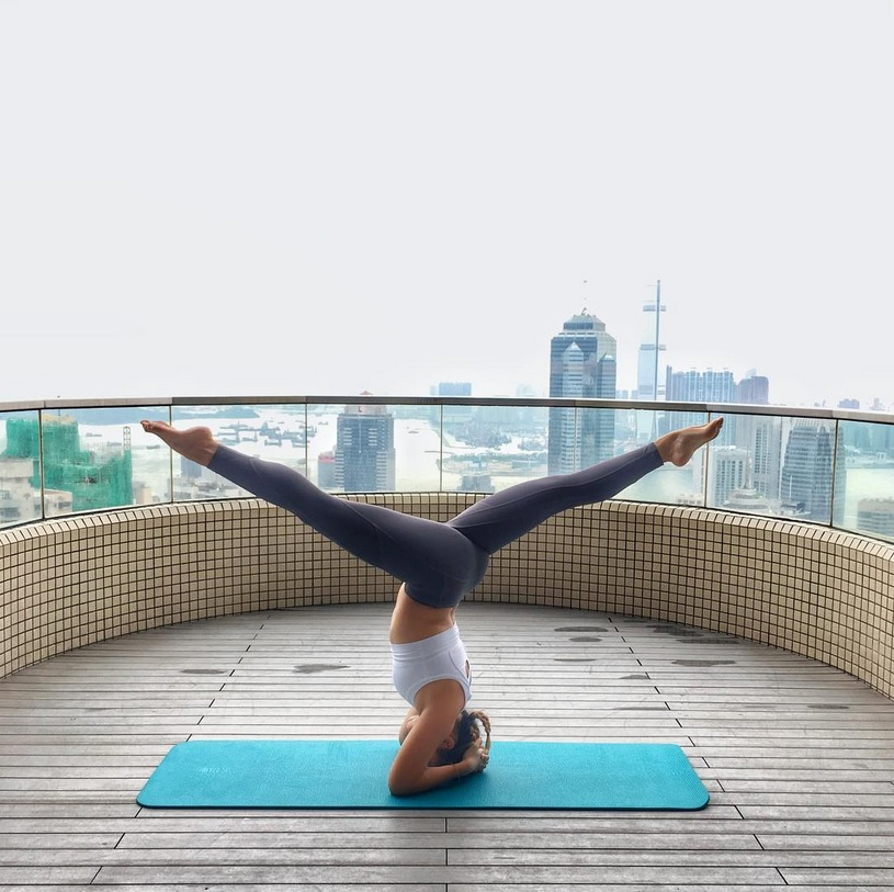 瑜伽褲標準(一) :舒適度 - 貼身剪裁或加上束腳細節的設計可減少它在我們練習時移動,特別是做倒轉動作時褲腳便不會翻開圖片來自MICHELLE INSTAGRAM