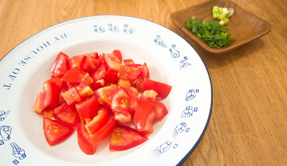 煮番茄需要去皮嗎? - a) 做沙拉或者三明治時都不需去皮,以免番茄散開。b) 番茄皮含有抗氧化物黃酮醇 (flavonol),外國媒體Epicurious 報導中指出黃酮醇能降低癌症風險及心血管疾病等。番茄中,約有 98% 的黃酮醇存在於番茄皮裡。所以煮這道菜式,保留番茄皮會更有營養!