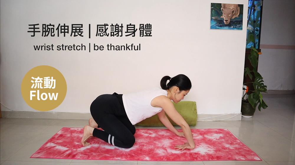 右手反手,手背貼地,指尖指向膝部。吸氣向前看,呼氣臀部慢慢後拉。重覆三次,接著轉左手。 -