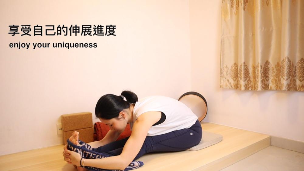 很多同學都很想做到身體完全「對摺」的效果,經過一段長時間的練習,是可以達到的。