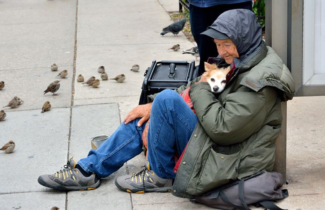 A homeless man pictured with his dog (Image Courtesy of Mother Nature Network)