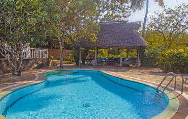 Mwana-Pool-and-Pool-House.jpg
