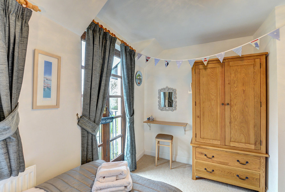 Ship Shape cosy holiday cottage in seaside harbour of Padstow twin bedroom 02.jpg