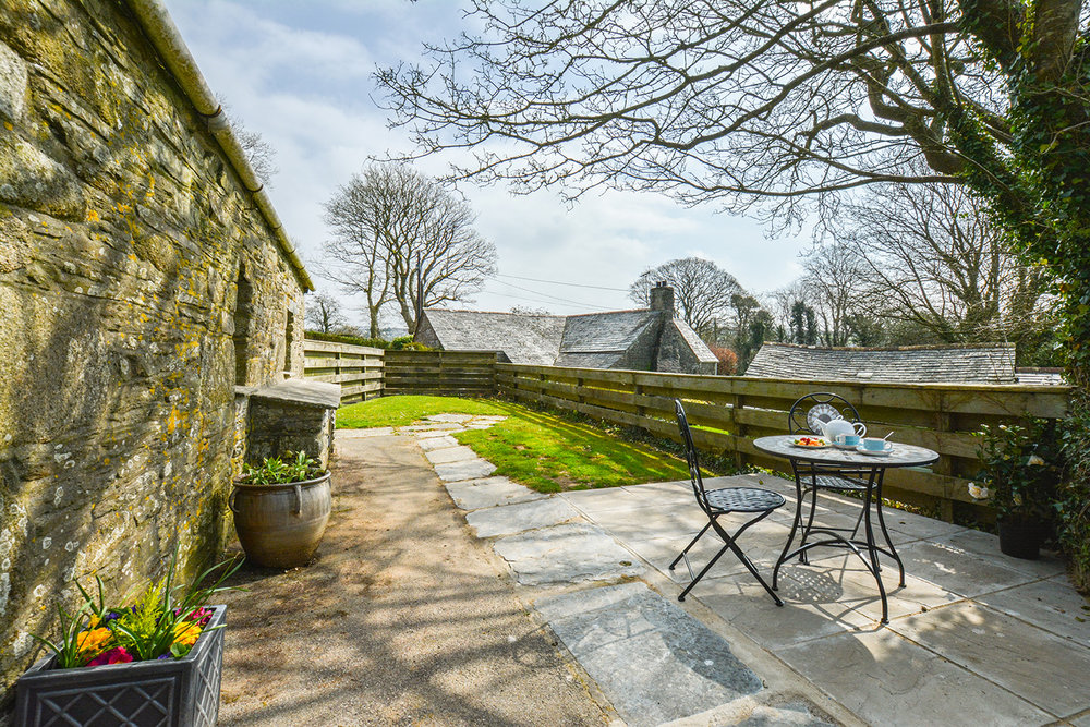 The garden at Jingles luxury self catering holiday cottage at Penrose Burden in North Cornwall near Bodmin Moor02.jpg
