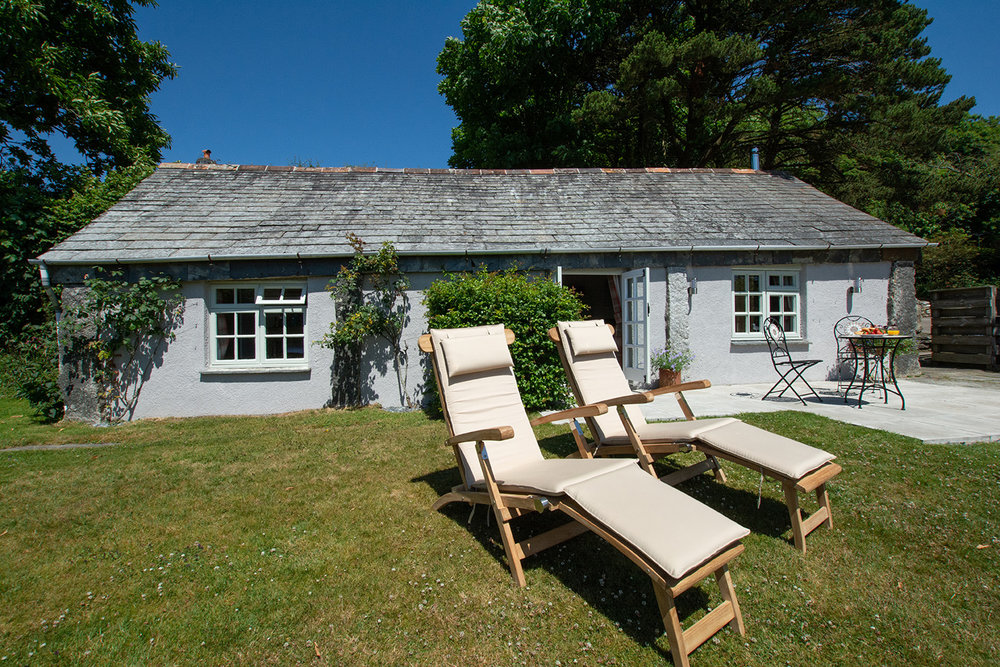 The exterior of the Linney luxury self catering converted barn holiday cottage at Penrose Burden in North Cornwall 01.jpg