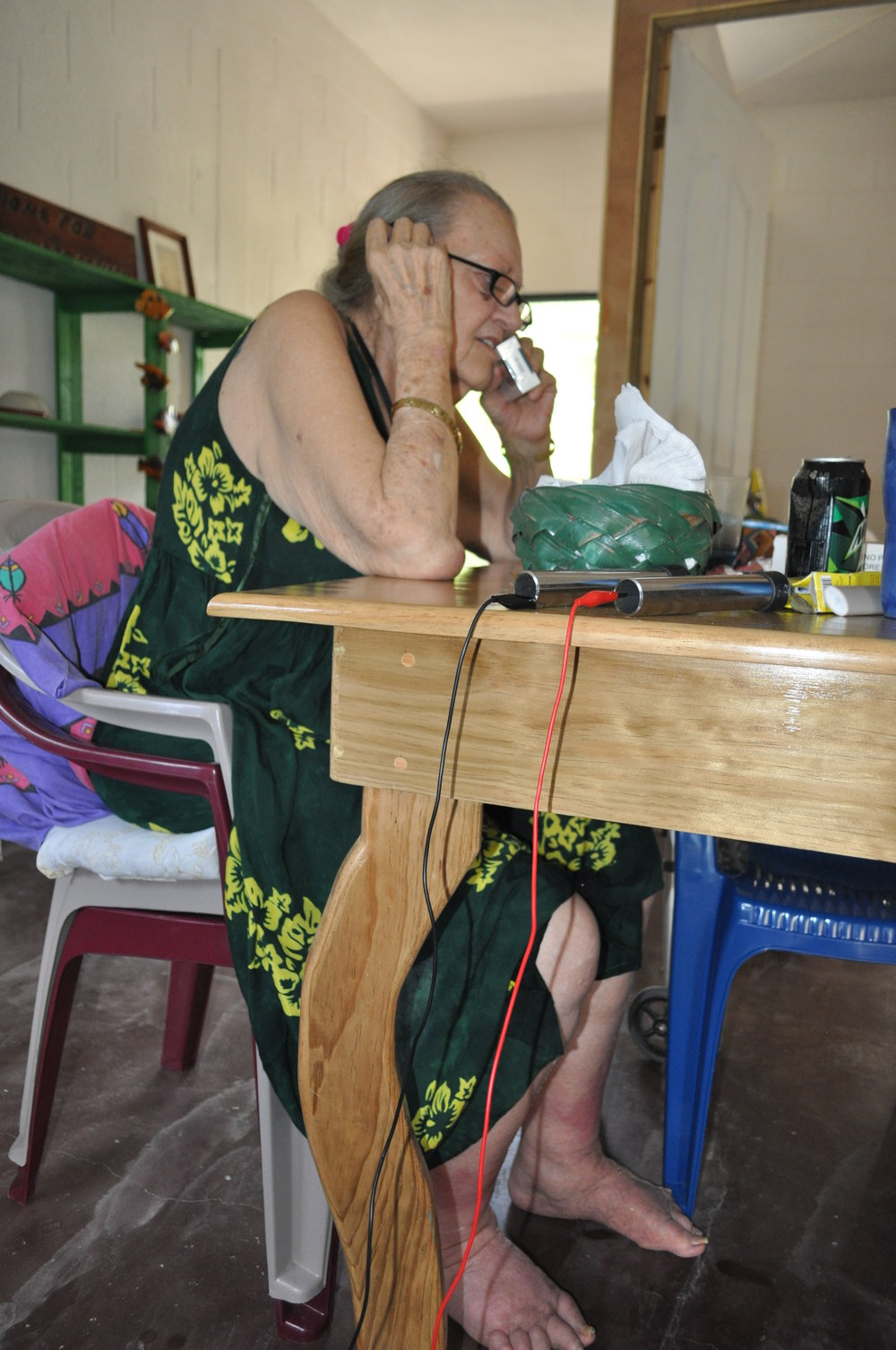 Gloria - getting a treatment at the kitchen table. You can see the two bars from the spooky machine. Here she takes a little cigarette break from a 4h treatment.