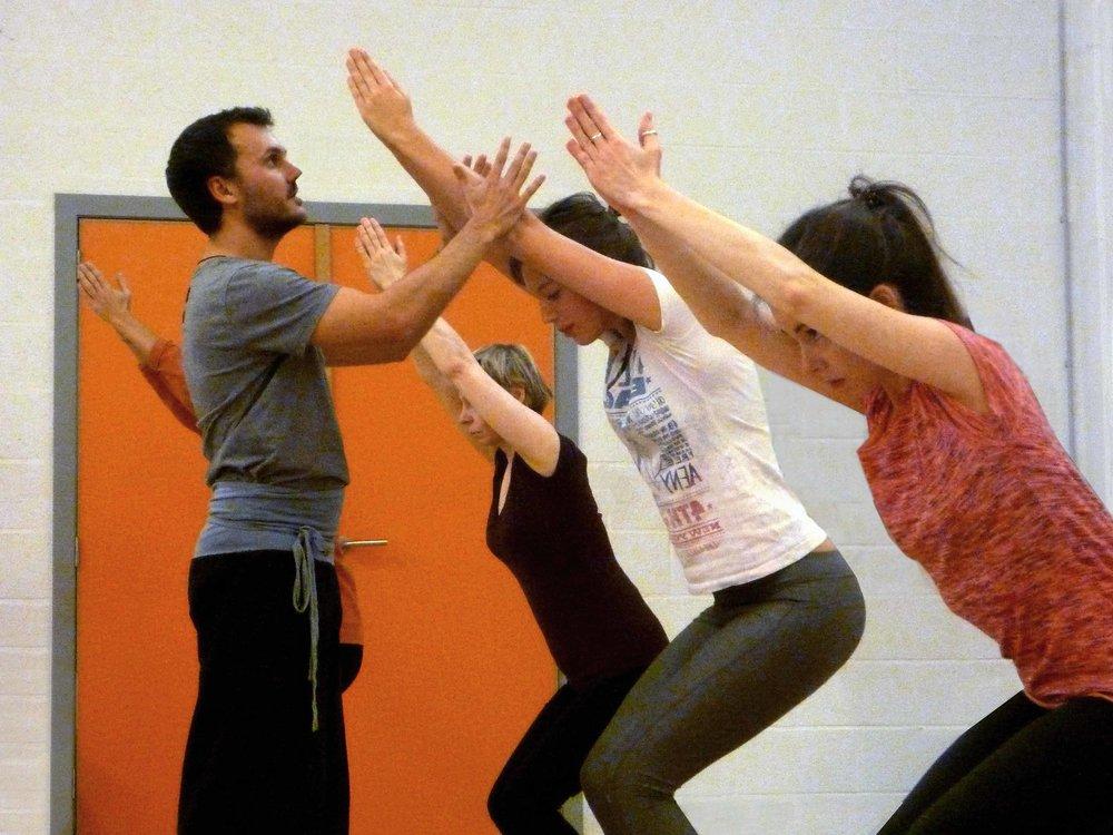 Ha = le soleil - Le Hatha Yoga s'adresse à tous. Il se présente selon différents niveaux, que vous soyez débutant ou plus expérimenté. Contrairement à un enchaînement de gymnastique, les postures doivent être maintenues suffisamment longtemps en y associant le contrôle du souffle et la concentration.