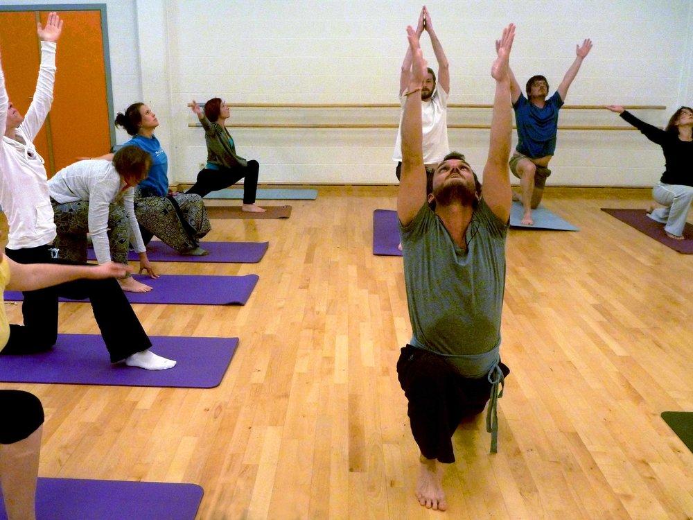 Yoga - Le Yoga - l'union entre le corps et l'esprit - consiste en un enchaînement de poses ou mouvements que l'on effectue sur un tapis. Il nécessite de la patience, de la persévérance et surtout une pratique très régulière. Il fournit ainsi de la force et de l'énergie pour affronter d'éventuelles difficultés dans nos vies quotidiennes. Il peut nous aider à modifier notre vision du monde et à améliorer notre vie de tous les jours.