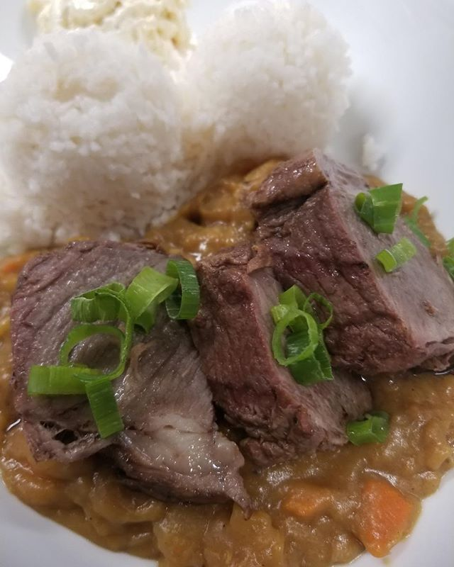 Today's #AlohaFriday Plate Lunch Special: Beef Short Rib Japanese Curry with Rice & Mac Salad 🤙