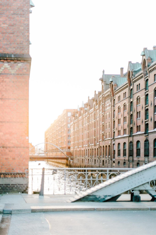Speicherstadt-Hamburg-Engagement-Pia-Anna-Christian-Wedding-Photography-RJ-67.jpg