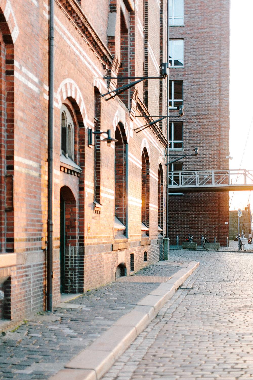 Speicherstadt-Hamburg-Engagement-Pia-Anna-Christian-Wedding-Photography-RJ-69.jpg