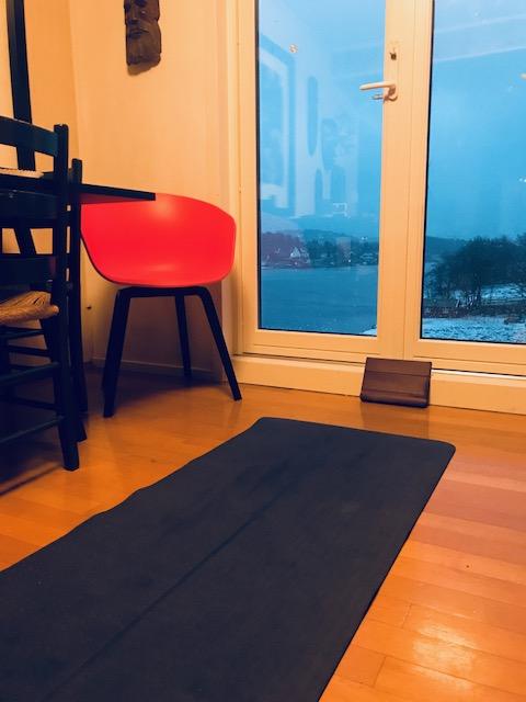 yoga i stua.jpg