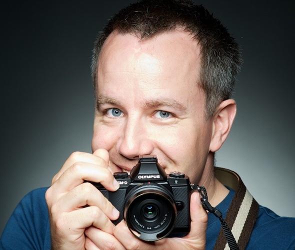 """ℹInfobox - Thomas Leuthard (Geboren 1971 in Zug) ist ein Schweizer Fotograf. Sein Spezialgebiet ist die Straßenfotografie. Leuthard begann Anfang 2008 zu fotografieren. Zwischen Mai 2009 und Mitte 2017 befasst er sich ausschliesslich mit der Straßenfotografie. Die Huffington Post zählte die von Leuthard veröffentlichten E-Books zu den """"must reads"""" zum Thema Straßenfotografie. Quelle: Wikipedia"""