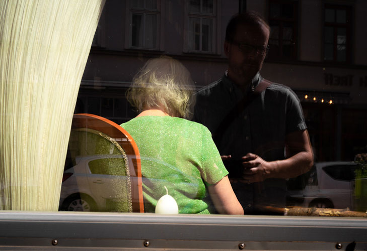 ℹInfobox - Geboren 1978 in Weimar. Fotografiere seit 2007 ambitioniert u.a. Hochzeiten, Events, Menschen. Seit 2016 widme ich mich verstärkt der Straßenfotografie und habe hier meine wahre Passion gefunden.