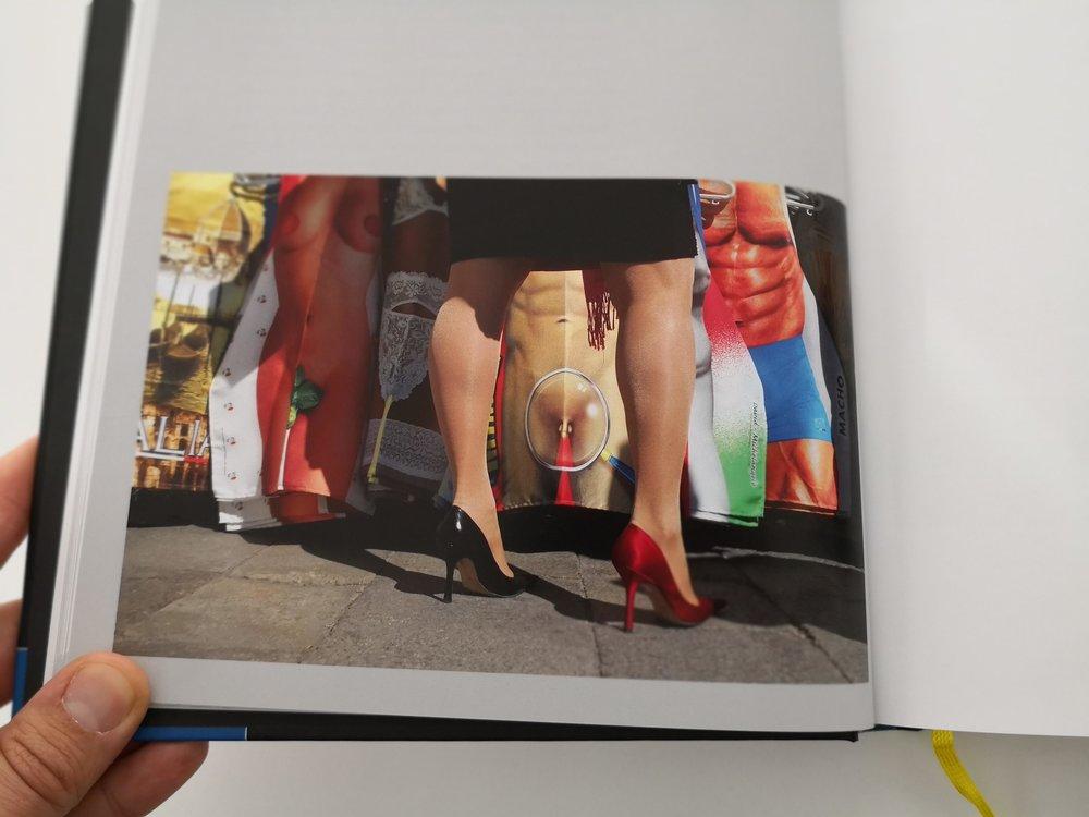 Manchmal sehe ich nicht genau hin: Beispielsweise fiel mir bei dem Bild erst beim Lesen des Textes auf, dass die Frau 2 verschiedenfarbige High Heels trug.